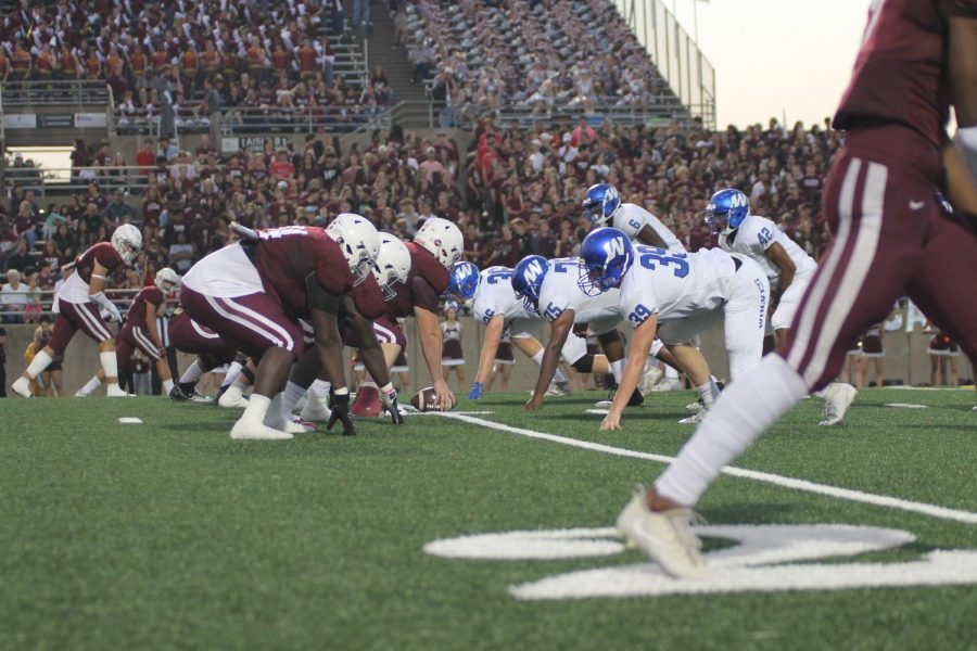 Plano+West+prepares+to+stop+the+Wildcat+offense.